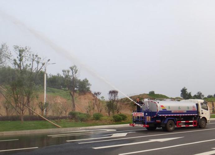东风多利卡9.3吨洒水车高炮达28米效果图片