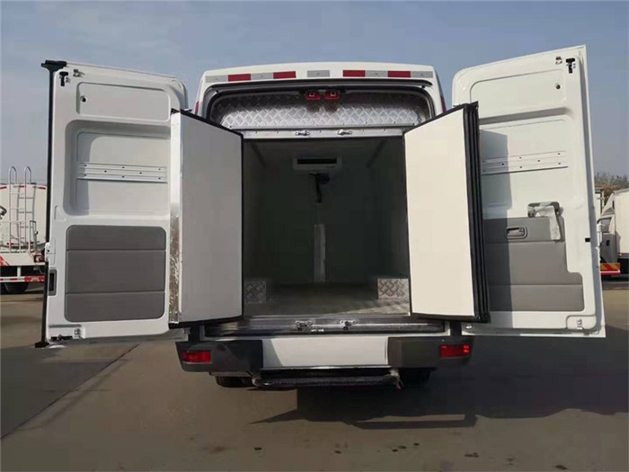 依维柯得意V35面包冷藏车(容积4.9立方)图片七