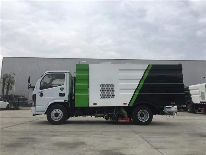 东风多利卡国六5吨扫路车,5.5方扫路车