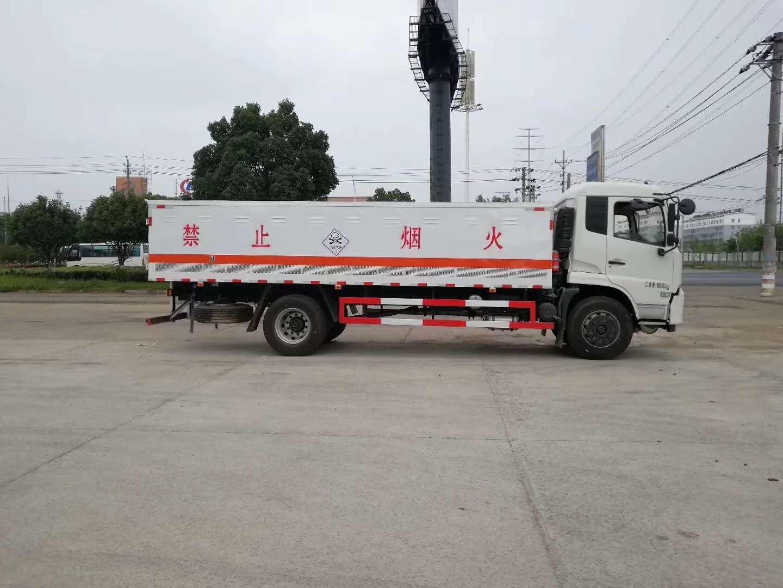 客户订购的东风天锦毒性气体厢式运输车发车